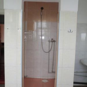 Душова кабіна в туалетній кімнаті на поверсі спального корпусу  №№ 1,2