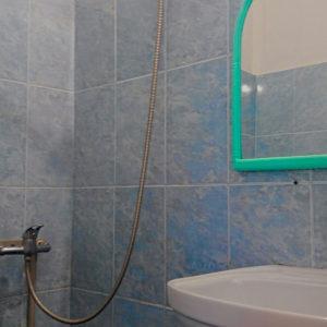 туалетна кімната в номері з кондиціонером корпус 2 (ліва сторона)
